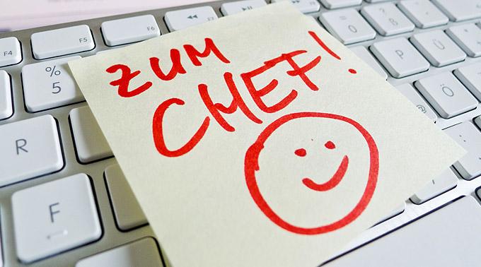 """Mitarbeitergespraeche führen – """"Zum Chef"""" Notiz auf der Tastatur"""